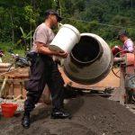 Bhabinkamtibmas Desa Mulyorejo Polsek Ngantang Polres Batu Kerja Bakti Membangun Jembatan Pipanisasi Dusun Kaweden