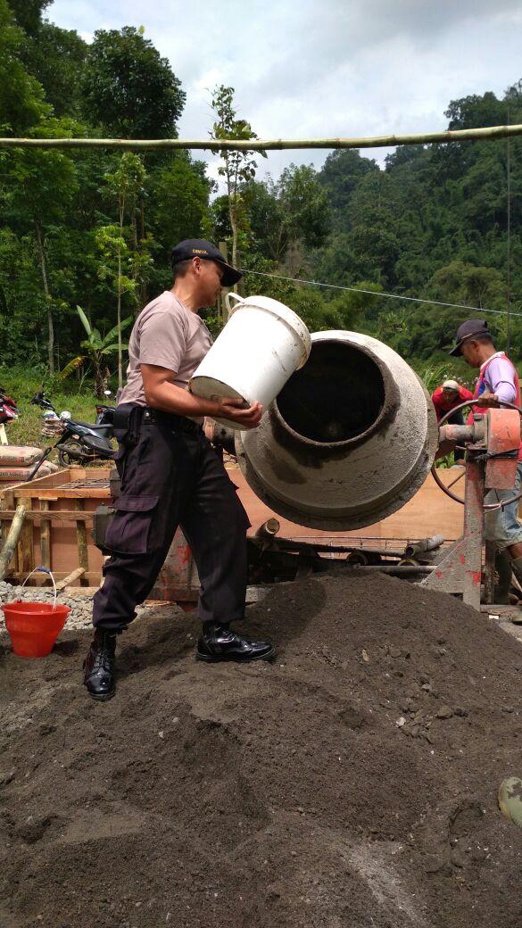 Bhabinkamtibmas Desa Mulyorejo Polsek Ngantang Polres Batu Melaksanakan Kerja Bakti Membangun Jembatan Pipanisasi Dusun Kaweden