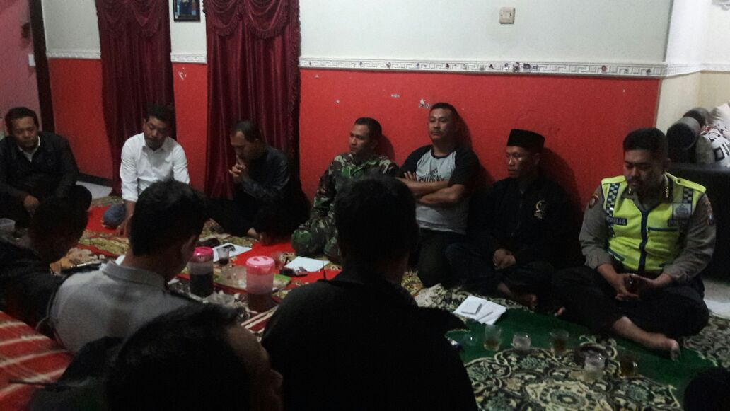 SAMBANG, Anggota Babinkamtibmas Torongrejo Polsek Junrejo Polres Batu Hadiri Pertemuan Linmas Rutin