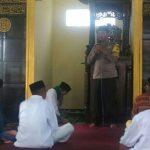 Bhabin Songgokerto Polsek Batu Kota Polres Batu Melaksanakan Safari Jum`at Barokah Dalam Hal ini Juga Berikan Pesan Kamtibmas di Masjid At Taubah