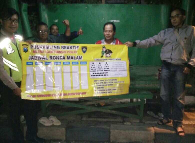 Anggota Bhabinkamtibmas Polsek Batu Polres Batu Sambang Poskamling Berikan Jadwal Ronda Malam