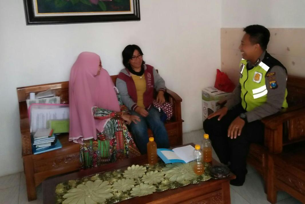 Menjaga Kerukunana Tetangga, Anggota Bhabinkamtibmas Polsek Batu Polres Batu Sambang Ketua RT