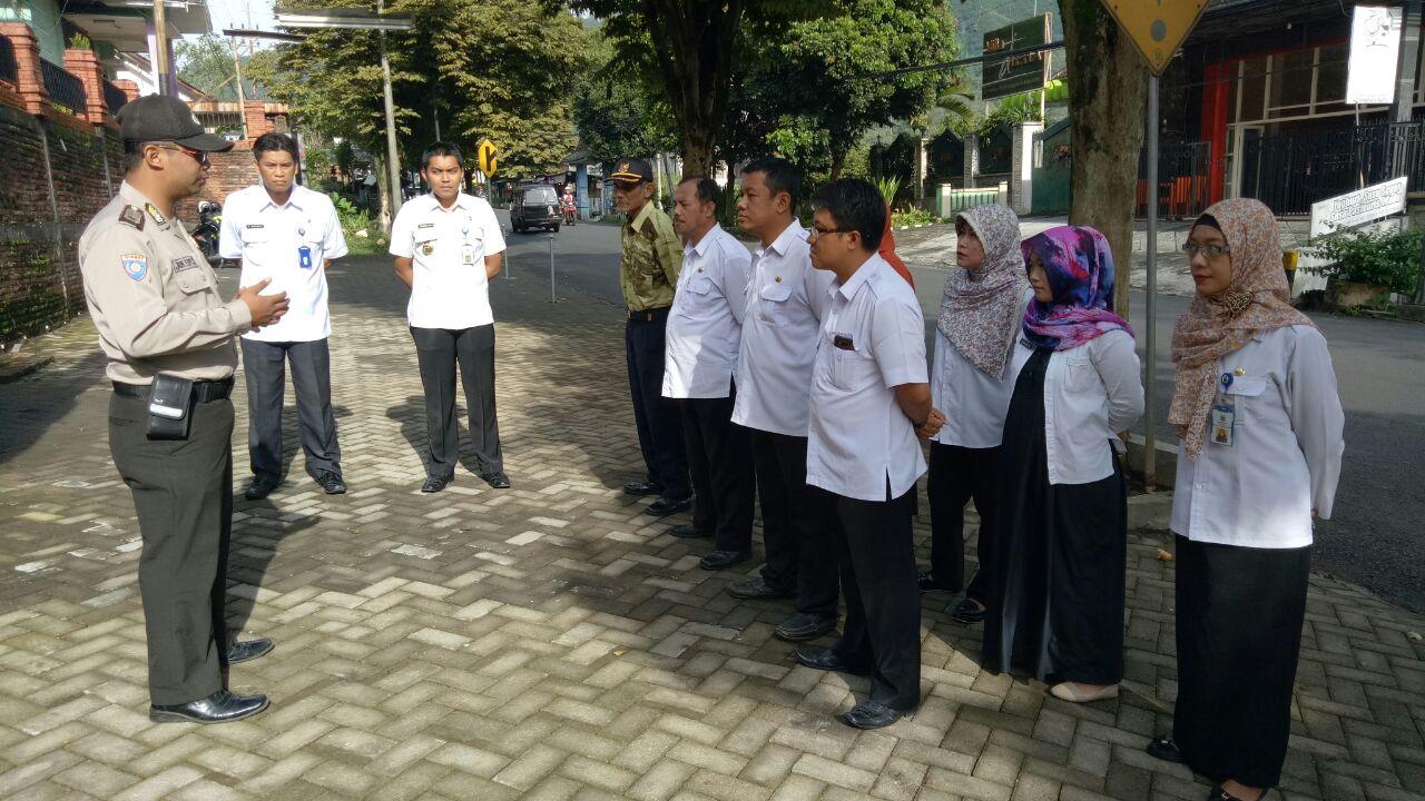 Anggota Bhabin Polsek Batu Polres Batu Pimpin Apel Pagi Bersama Lurah Dan Perangkat Kelurahan Songgokerto Kec.Batu