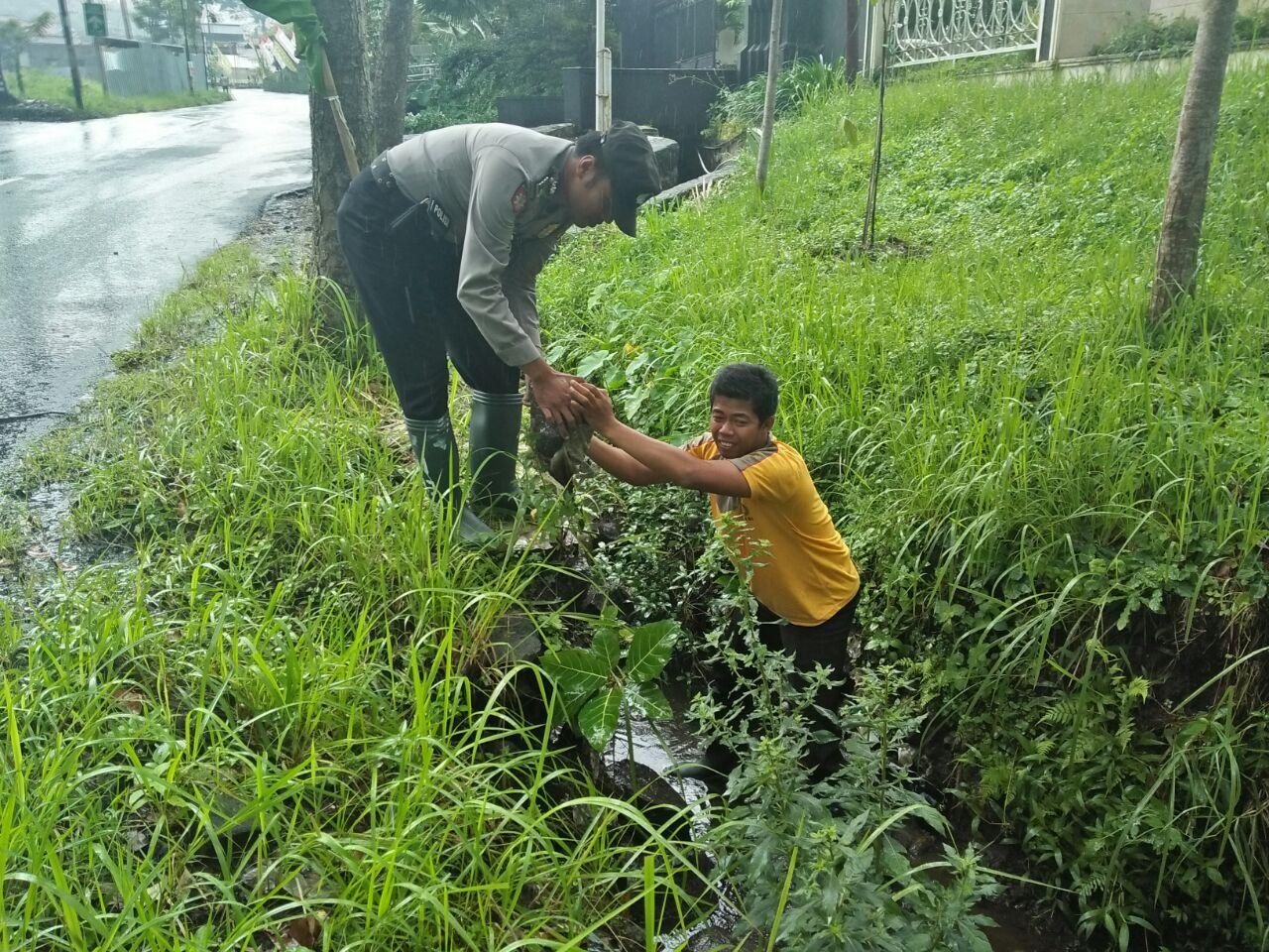 Kanit Sabhara Polsek Junrejo Polres Batu Adakan Patroli Antisipasi Pohon Tumbang Dan Banjir Di Wilayah Hukum Polres Batu