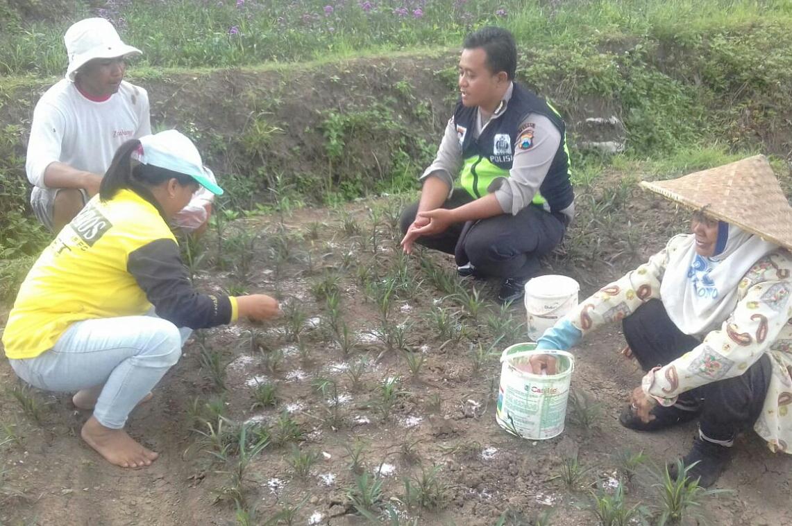 Anggota Bhabin Polsek Batu Polres Batu Sambangi Desa Petani Bunga