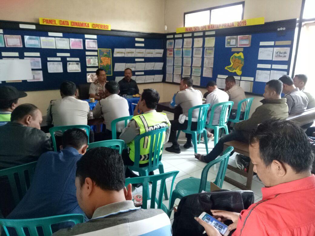 Kapolsek Pujon Polres Batu Memberikan Arahan Kepada Anggota Polsek Dalam Rangka Meneruskan Perintah Pimpinan