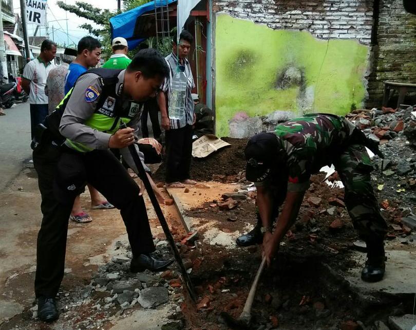 Kepedulian Bhabinkamtibmas Polsek Batu Polres Batu Untuk Ikut membantu Dalam Pembangunan Balai Rt 02 Rw 01 Kelurahan Sisir