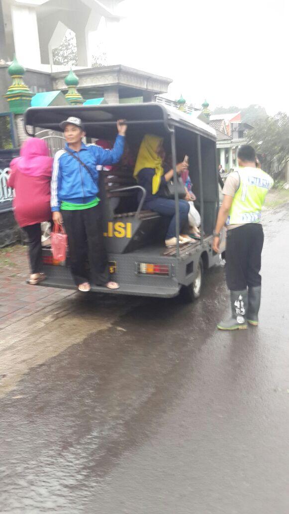 Polsek Junrejo Polres Batu adakan patroli anti banjir untuk antisipasi pohon tumbang dan banjir.