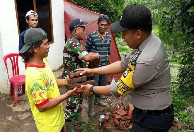 Bhabinkamtibmas Polsek Batu Kota Polres Batu Bersama Warga Melaksanakan Kerja Bakti Tanah longsor