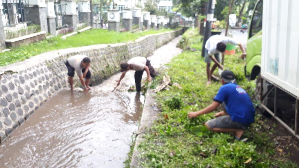 Kapolsek junrejo Polres Batu dan Anggota Melaksanakan Kerja Bhakti Bersama Team Saber Pungli Kota Batu.