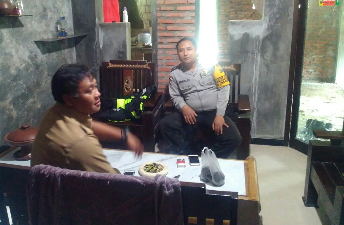 Anggota Bhabinkamtibmas Polsek Batu Polres Batu Silaturahmi Perangkat Desa Jaga Kekompakan Dalam Menjaga Wilayah Binaanya