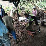 Polsek Pujon Polres Batu Giatkan Kerja Bakti Bersama Warga Bersihkan Tanah Longsor