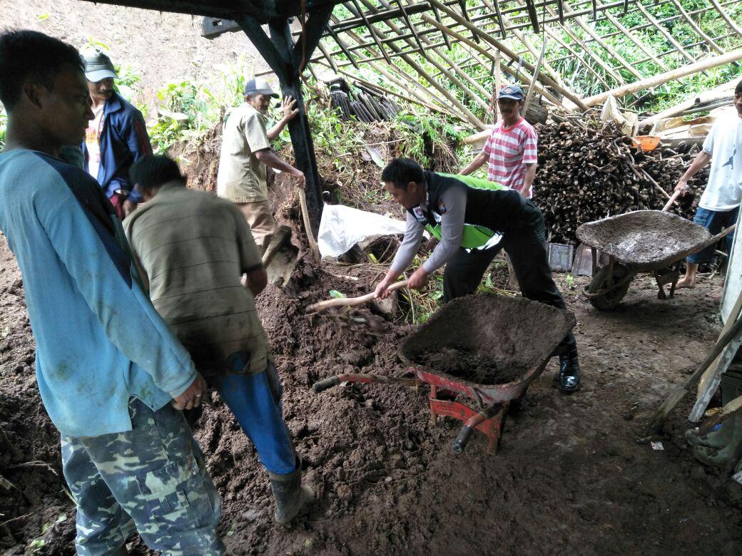 Anggota Polsek Pujon Polres Batu Kerja Bakti Bersama Warga Membersihkan Tanah Longsor