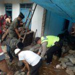 Anggota Bhabinkamtibmas Polsek Kasembon Polres Batu Bersama 3 Pilar Bersama Sama Membantu Warganya Dalam Membangun Rumah