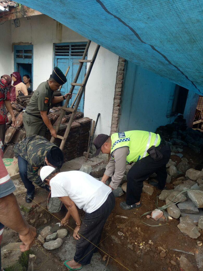 Sinergitas 3 Pilar, Bhabinkamtibmas Polsek Kasembon Polres Batu Bersama 3 Pilar Bersinergi Bedah Rumah