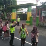 Pelayanan Di Pagi Hari, Anggota Polsek Ngantang Polres Batu Giat Poros Pagi Menyebrangkan Siswa Sekolah