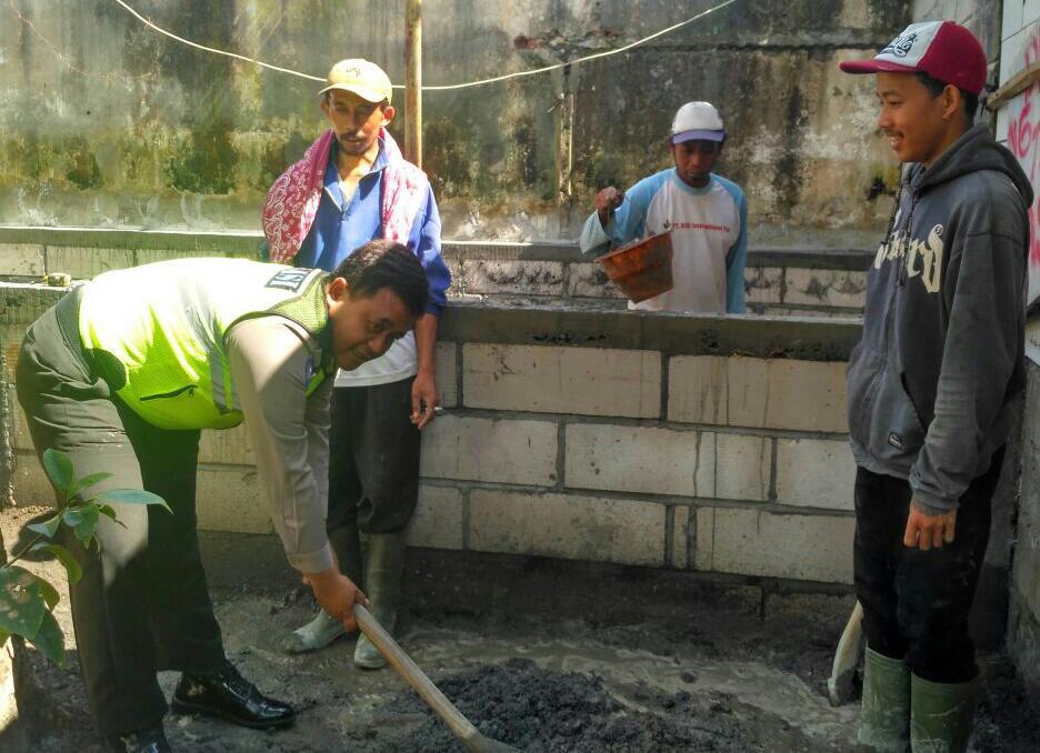 Anggota Bhabin Polsek Batu Kota Polres Batu Menyampaikan Pesan Kamtibmas Kepada Warga Desa Sidomulyo