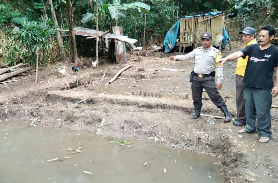 Para Anggota Bhabin Polsek Batu Polres Batu Giatan Untuk Membantu Warga Membuat Kolam Terpal