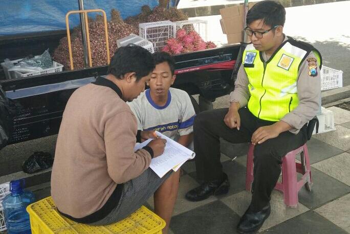 Sambang, GIAT DOOR TO DOOR SYSTEM BHABINKAMTIBMAS DESA PESANGGRAHAN POLSEK BATU KOTA POLRES BATU KUNJUNGAN WARGA