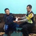 Anggota Bhabin Polsek Batu Polres Batu Giatkan Sambang Berikan Kartu Reaktif