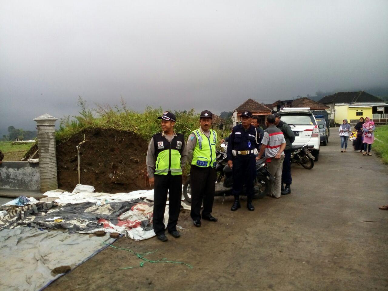 Anggota Bhabinkamtibms Polsek Pujon Polres Batu Menghadiri Giat Warga Di Desa Bnaanya