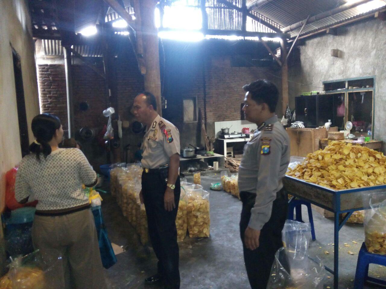 Kapolsek Ngantang Polres Batu Bersama Anggota Giatkan Sambang Kepada Warga Pengusaha Kripik Talas