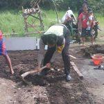 Kegiatan Sambang Warga Desa, Anggota Bhabinkatibmas Polsek Batu Polres Batu Bantu Warganya Membangun Rumah sekaligusberikan himbauan kamtibmas