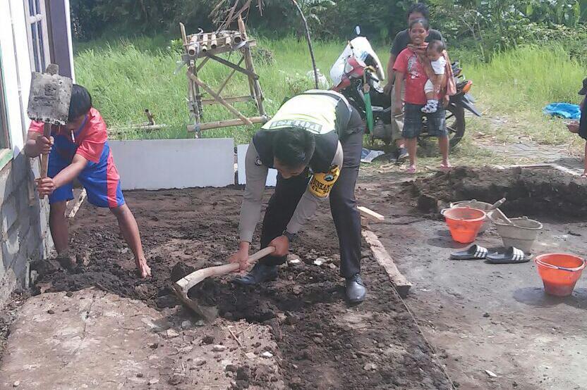 Juga Kunjungan, Polsek Batu Polres Batu Bantu Warga Membangun Rumah dan Jalin Kekerabatan