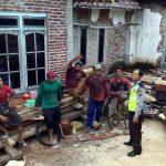 Patroli DIalogis, Anggota Bhabinkamtibmas Polsek Kasembon Polres Batu Pengusaha Kayu Di Desa Binaan