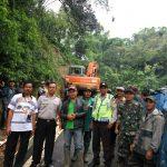 Tanah Longsor Tutup Jalan Kampung, Kapolsek Pujon Polres Batu Dan Muspika Datangkan Alat Berat