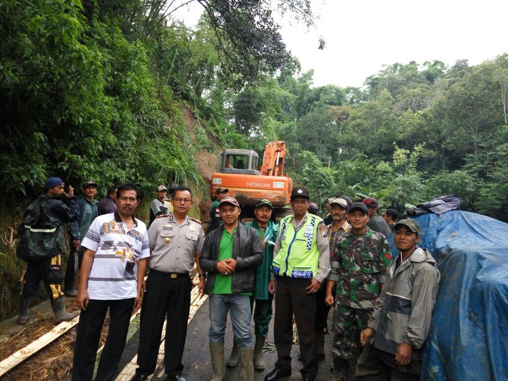 Tanah Longsor Menutup Jalan Kampung Kapolsek Pujon Polres Batu Dan Muspika Datangkan Alat Berat di TKP