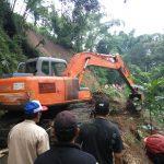 Tanah Longsor Tutup Jalan, Kapolsek Pujon Polres Batu Dan Muspika Datangkan Alat Berat