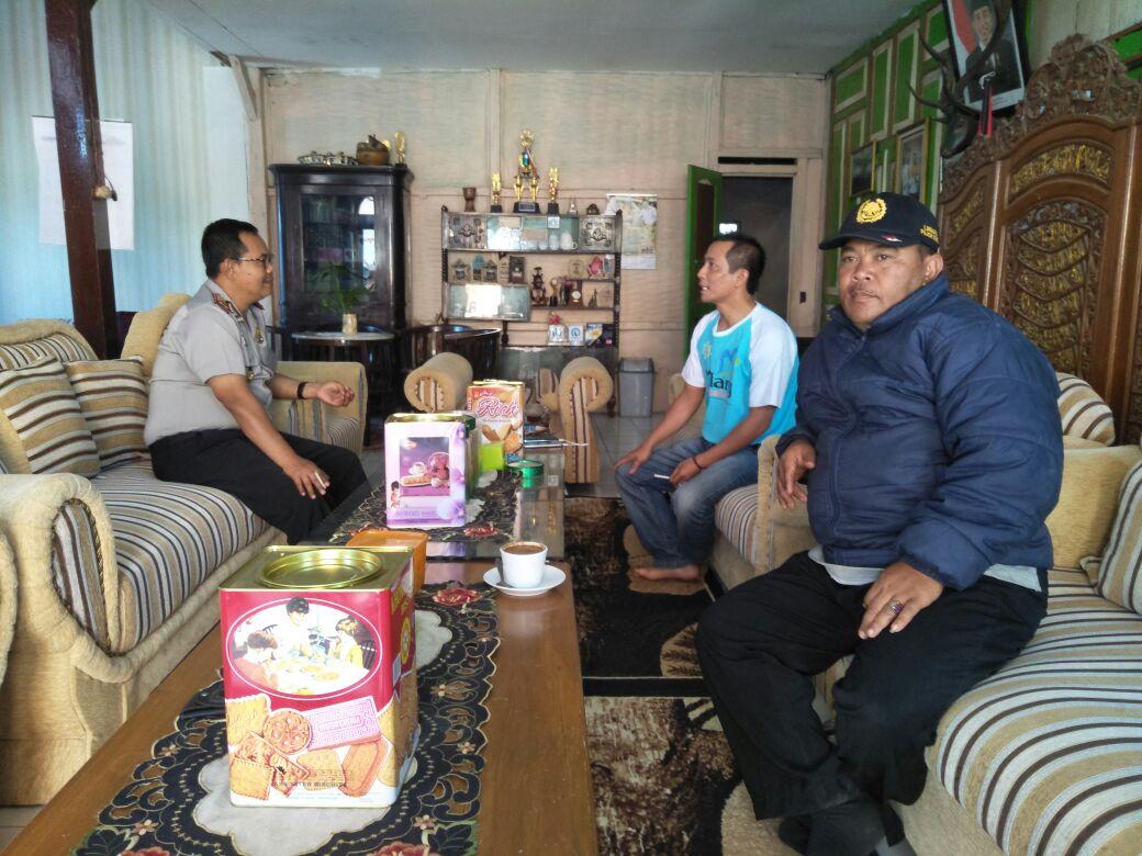 Kapolsek Pujon Polres Batu Koordinasi Dengan Kades Bendosari Untuk Aksi Tanggap Bencana