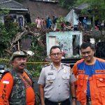 Polsek Pujon Polres Batu Bantu Bersihkan Material Sisa Bencana Longsor