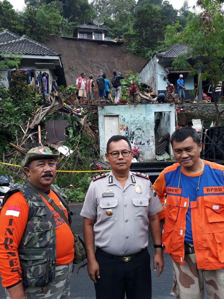 Kapolsek Pujon Polres Batu Ikut Serta Dalam membantu Warga membersihkan Material Sisa Bencana Longsor