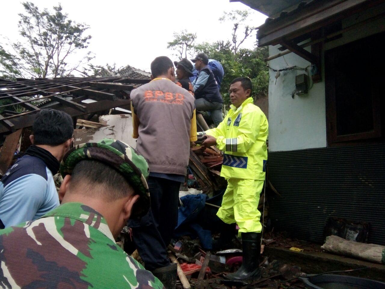 Polsek Pujon Polres Batu Ikut Serta Dalam Bantu Warga Bersihkan Material Sisa Bencana Longsor