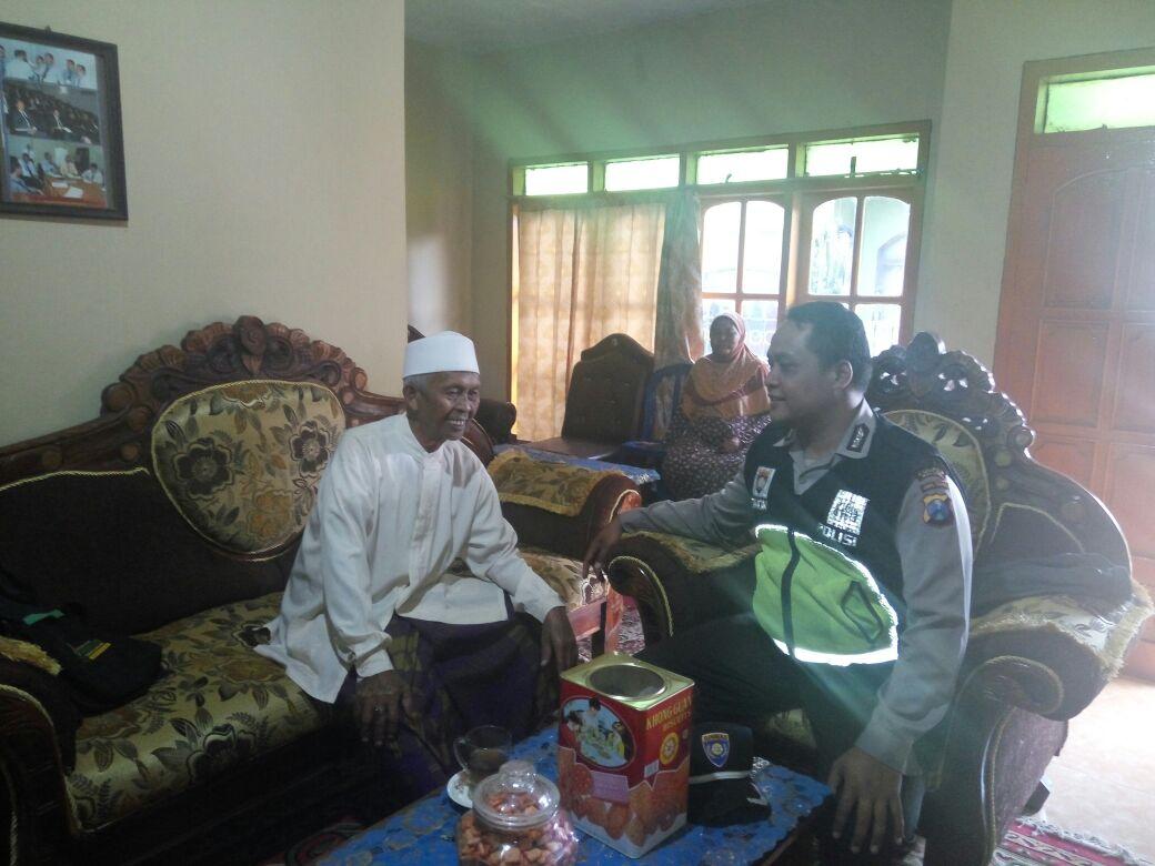 Bhabinkamtibmas Polsek Pujon Polres Batu Silaturrahmi ke Tokoh Agama Desa Sukomulyo