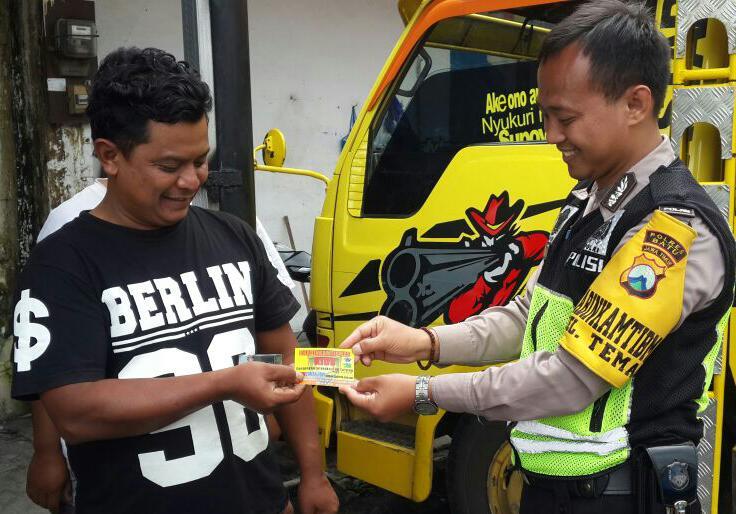 Anggota Polsek Batu Polres Batu Melaksanakan Door To Door System Di Kelurahan Temas Kecamatan Batu
