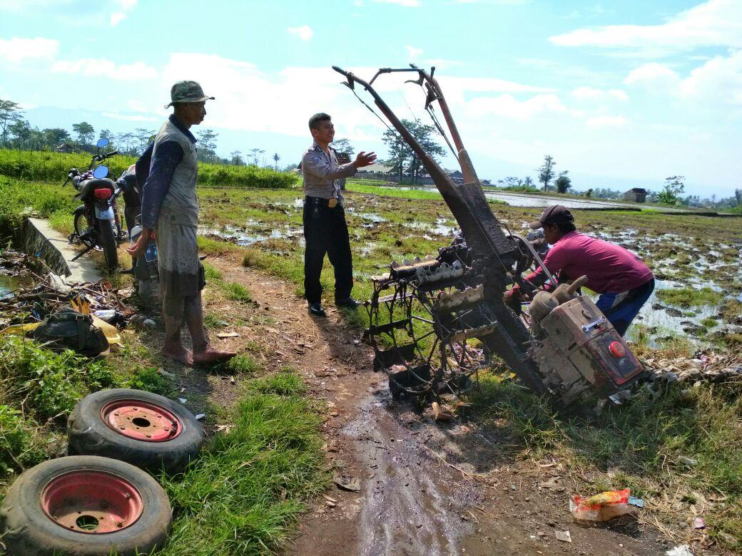 Tingkatkan Ketahanan Pangan Bhabinkamtibmas Desa Pendem Polsek Junrejo Polres Batu Sambang Petani