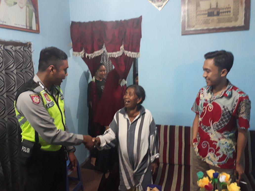 Bhabin Polsek Junrejo Polres Batu Tanggap Dengan Cepat menolong Orang yang Tua Dan Pikun
