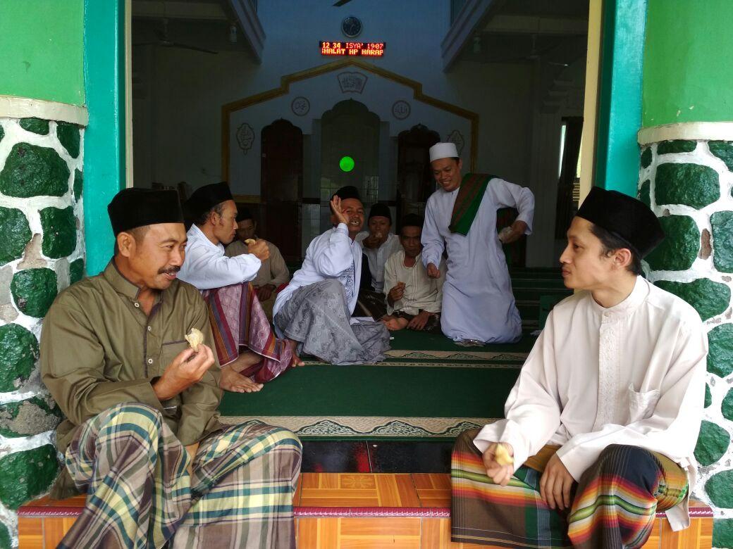 Bhabin desa Penden Polsek Junrejo Polres Batu sambang warga sekaligus jumatan bersama.