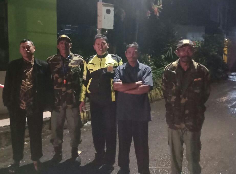 Anggota Bhabinkamtibmas Polsek Batu Kota Polres Batu Galakkan Siskamling di Desa Sumberejo Agar Selalu Aman Nyaman