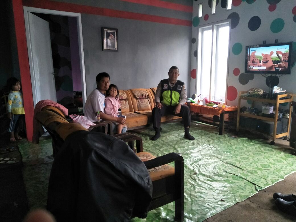 Dekati Masyarakat Bhabinkamtibmas Polsek Pujon Polres Batu Lakukan Kunjungan Ke Rumah Warga