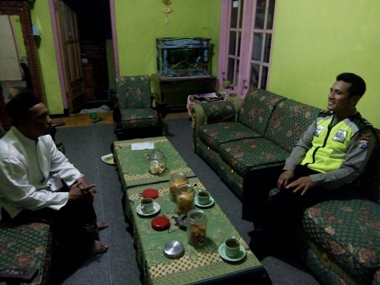 Para Anggota Bhabinkamtibmas Polsek Pujon Polres Batu Melaksanakan Silaturahmi Tokoh Agama Desa Madiredo