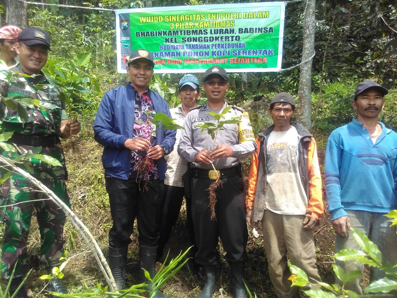 Wujud Sinergi TNI Polri Bhabin Polsek Batu Polres Batu Tanam Pohon Kopi Bersama
