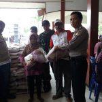 Anggota Bhabinkamtibmas Desa Beji Polsek Junrejo Polres Batu Melaksanakan Pemantauan Pembagian Bantuan Beras Bersubsidi