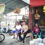 Anggota Bhabinkamtibmas Desa Pendem Polsek Junrejo Polres Batu Sambang Kunjung Ke Warga Penjual Cobek