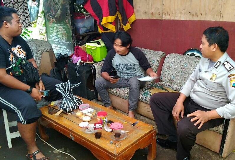 Bhabinkamtibmas Polsek Batu Polres Batu Melaksanakan Door To Door System Kepada Tokoh Pemuda