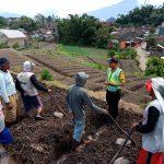 Bhabinkamtibmas Polsek Pujon Polres Batu Kerja Bakti Pengecoran Jalan Desa Pujon Kidul