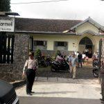 Berikan Rasa Nyaman, Kapolsek Batu AKP Arinto Polres Batu Bantu Pengamanan Gereja